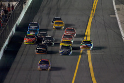 Jamie McMurray, Roush Fenway Racing Ford leads the field while Kyle Busch, Joe Gibbs Racing Toyota goes low