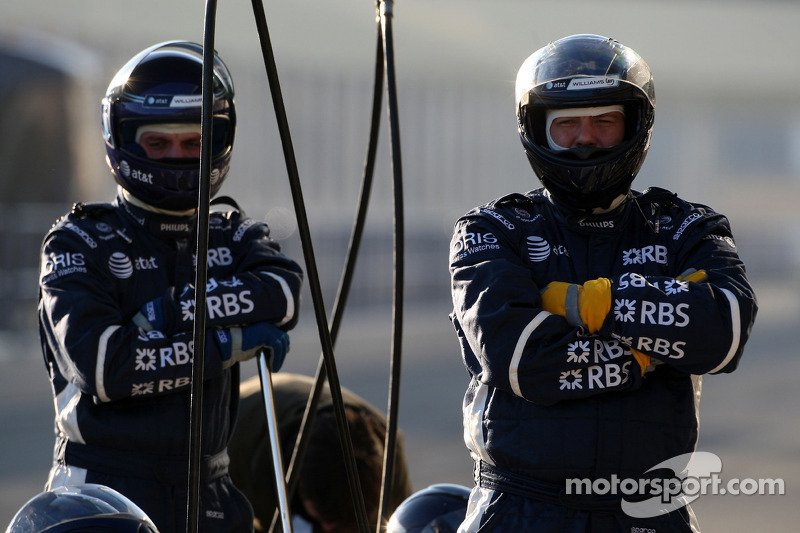 WilliamsF1 Team mechanics await a pitstop