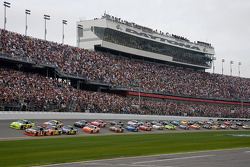 Start: Martin Truex Jr., Earnhardt Ganassi Racing Chevrolet and Mark Martin, Hendrick Motorsports Chevrolet lead the field