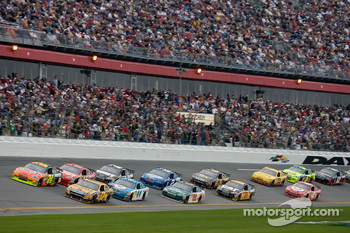 Matt Kenseth, Roush Fenway Racing Ford, Jeff Gordon, Hendrick Motorsports Chevrolet, lead the field