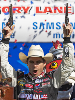 Victory lane: race winner Jeff Gordon, Hendrick Motorsports Chevrolet