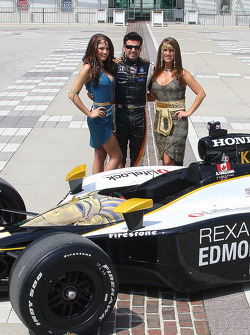 Alex Tagliani, Conquest Racing, poses with his car and two lovely girls