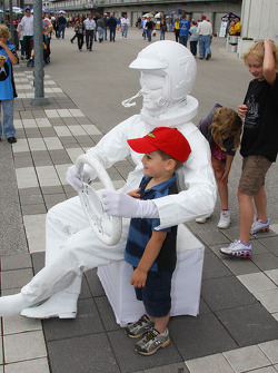 A young fan with a living statue