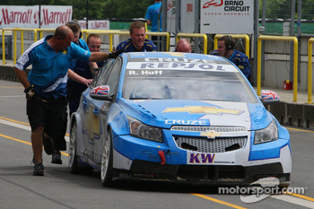 Robert Huff, Chevrolet, Chevrolet Cruze returning to the pits after the crash in the first corner of race 1