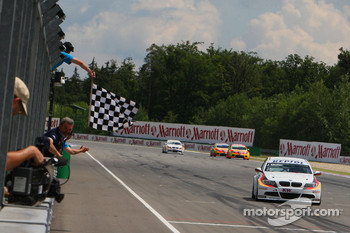 Jorg Muller, BMW Team Germany, BMW 320si takes the chequed flag