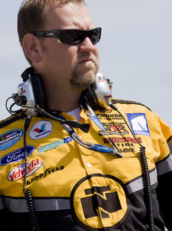 Erik Darnell's crew chief Mike Kelly waits to qualify