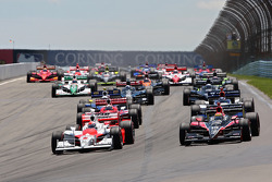 Start: Ryan Briscoe, Team Penske and Justin Wilson, Dale Coyne Racing, lead the field