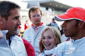 Bernd Schneider talks with Lewis Hamilton, McLaren Mercedes