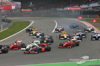Start of the race with Heikki Kovalainen, McLaren Mercedes, Felipe Massa, Scuderia Ferrari, Jenson Button, Brawn GP, Kimi Raikkonen, Scuderia Ferrari