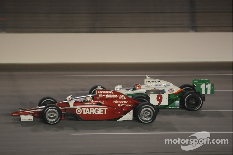 Scott Dixon, Target Chip Ganassi Racing runs with Tony Kanaan, Andretti Green Racing