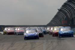 Start: Jimmie Johnson, Hendrick Motorsports Chevrolet and Kurt Busch, Penske Racing Dodge battle for the lead
