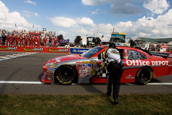 Race winner Tony Stewart, Stewart-Haas Racing Chevrolet celebrate