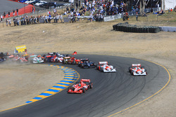 Start: Dario Franchitti, Target Chip Ganassi Racing leads the field, cars crash at the back