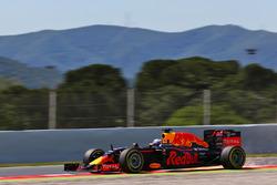 Daniel Ricciardo, Red Bull Racing RB12 sends sparks flying