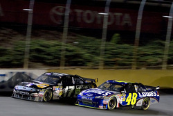 Matt Kenseth, Roush Fenway Racing Ford and Jimmie Johnson, Hendrick Motorsports Chevrolet battle