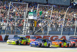 Start: Jimmie Johnson, Hendrick Motorsports Chevrolet and Mark Martin, Hendrick Motorsports Chevrolet lead the field