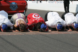 Ashley Judd, Dario Franchitti & Chip Ganassi, Target Chip Ganassi Racing kiss the bricks