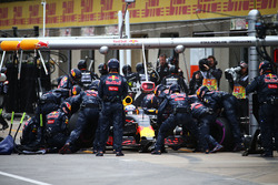 Daniel Ricciardo, Red Bull Racing RB12 makes a pit stop