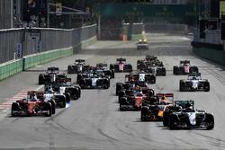 Nico Rosberg, Mercedes AMG F1 W07 Hybrid, vor Daniel Ricciardo, Red Bull Racing RB12