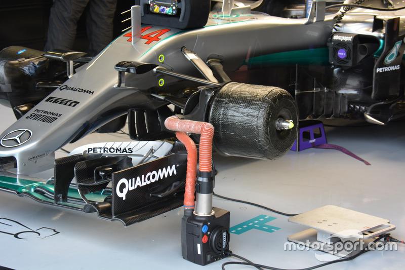 Mercedes F1 W07: Vorderradbremse und Bargeboards