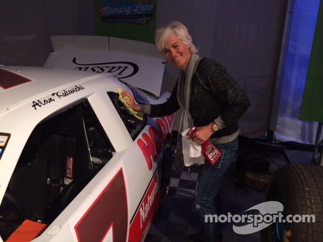Ellie Cesario Polishes the #7 Hooters Thunderbird in Memory Lane