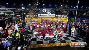 Kevin Harvick captures his second win of 2014 at Darlington