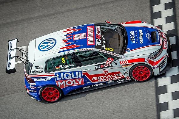 TCR Luca Engstler guida la tripletta Volkswagen in qualifica a Sepang