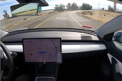 Félrevezető és felelőtlen a Tesla teljes önvezető rendszerének elnevezése az amerikai közlekedésbiztonsági hivatal szerint