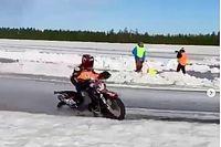 Mika Kallio se fractura la pierna en una carrera de motos sobre hielo