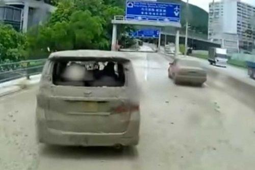 Videón, ahogy a hongkongi autópályán megálló sofőrök csúnya meglepetést kapnak