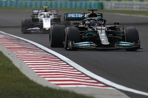 Wolff defiende que Hamilton se quedara en la pista para el reinicio