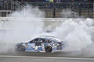 NASCAR Cup Отчет о гонке Завал перед финишем помог Харвику выиграть в Канзасе