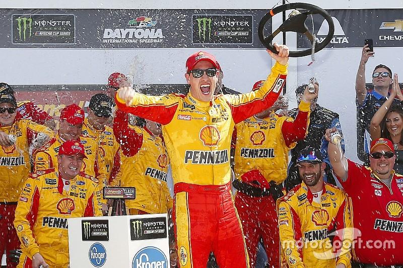 Гонка NASCAR закончилась столкновением лидеров на последнем круге