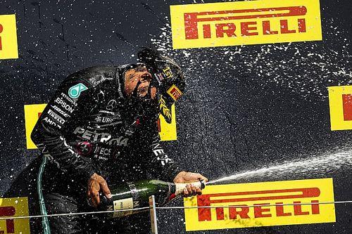 Hamilton quebra quatro recordes com pole e vitória em Silverstone, incluindo dois que dividia com Senna; entenda