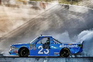 NASCAR Truck Crónica de Carrera Elliott aprovecha  error de Bell y triunfa en Martinsville