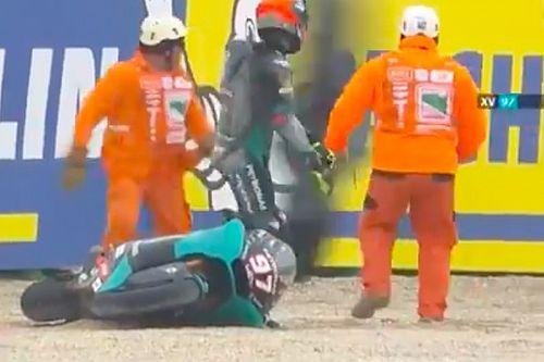 Vídeo: los reflejos de los comisarios evitan una tragedia en Moto2