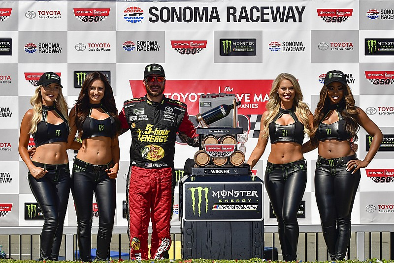Martin Truex Jr trionfa sul tracciato di Sonoma dopo aver beffato Kevin Harvick