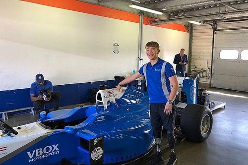 Monger beleeft droom met rit in Formule 1-wagen