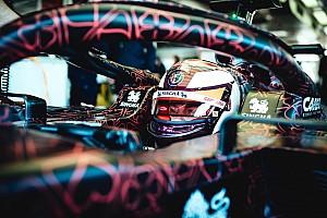 """Räikkönen új sisakja az """"álcázott"""" Alfa Romeo volánja mögött"""