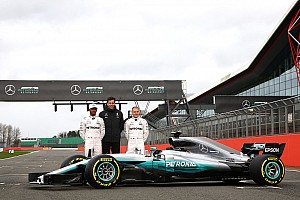 Após vazamento, Mercedes exibe carro oficialmente