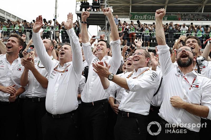 A Mercedes csapatfőnöke térdsérülést szerzett a bajnoki ünnepléskor