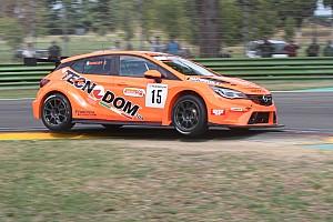 TCR Italia Gara Kevin Giacon si prende con grinta Gara 1 di Vallelunga