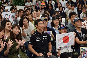 "IndyCar 速報ニュース 佐藤琢磨、凱旋ファンイベントに登場。集まったファンに""感謝"""
