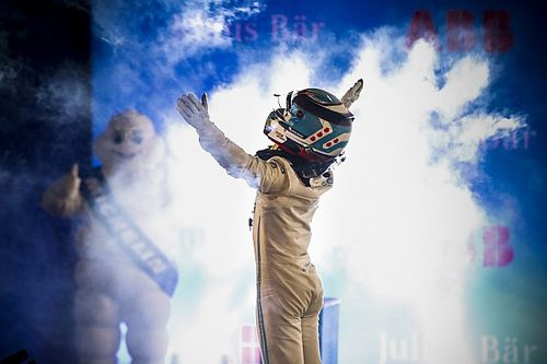 Diriyah E-Prix: Mercedes' de Vries wins FE's first night race