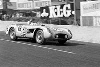 Idén elhunyt legendás versenyzőnek állít emléket a Mercedes autóján a 70. Évfordulós Nagydíjon