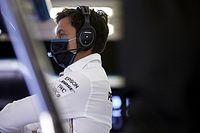 Remek a hangulat a Mercedesnél: rollerekkel versenyeztek Silverstone-ban (videó)