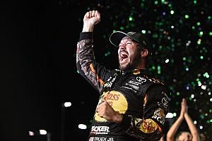Martin Truex Jr. vence a Kyle Busch y se lleva título de la Copa