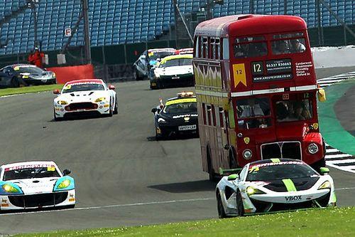 """VIDEO: un """"tour"""" en autobús entre coches de carrera"""