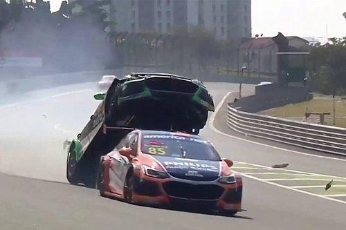 VIDEO: Stock Car-coureur wordt gelanceerd bij bizarre crash