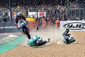 Őrült jelenet a Moto3-ban: átugratta a motort